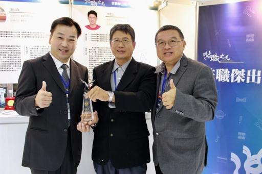 林慶全(中)獲得技職傑出獎專利達人,與崑大李天祥校長(左)、指導教授陳長仁(右)合影