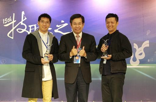 鄭仕鈞(左)、杜星頡(右)獲得技職傑出獎發明獎達人,與教育部長潘文忠(中)合影