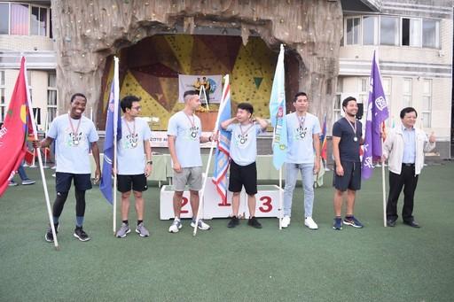 東華大學林信鋒副校長(右一)頒發獎牌給定向越野男生組前6名優勝選手