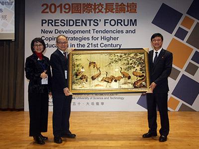 越南孫德勝大學校長 Le Vinh Danh (右)致贈紀念品,祝賀龍華科大50週年生日快樂。