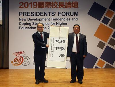 上海第二工業大學書記吳松(右)致贈紀念品,祝賀龍華科大50週年生日快樂。