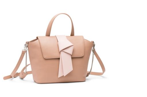 a.testoni女生手袋,以大型結扣裝飾,充滿春天櫻花花開的粉嫩氛圍。