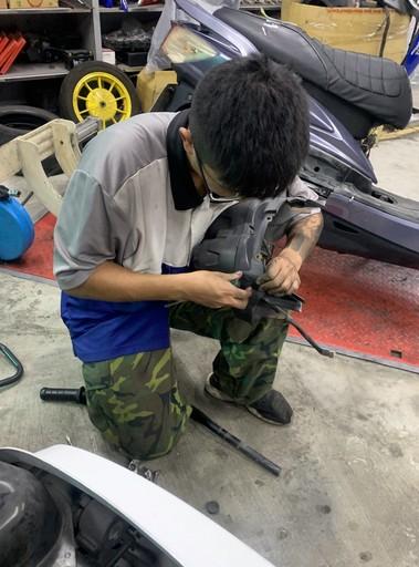小朗專注拆卸機車零件