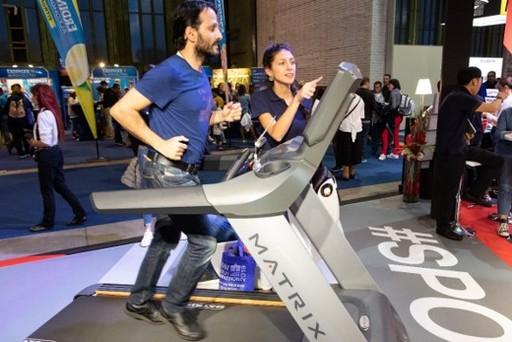 2019年柏林馬拉松跑者於賽前至「柏林健康展」體驗喬山跑步機