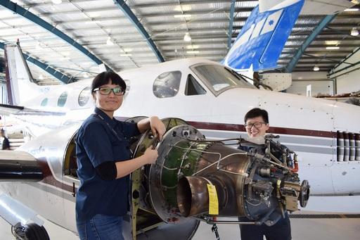 女性細心謹慎的 特質很適合飛機維修