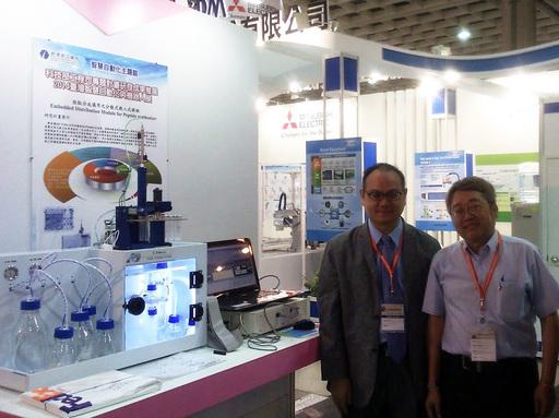 CSBio公司董事長張恆維(右)肯定龍華科大研發能量,並與校長葛自祥合影。