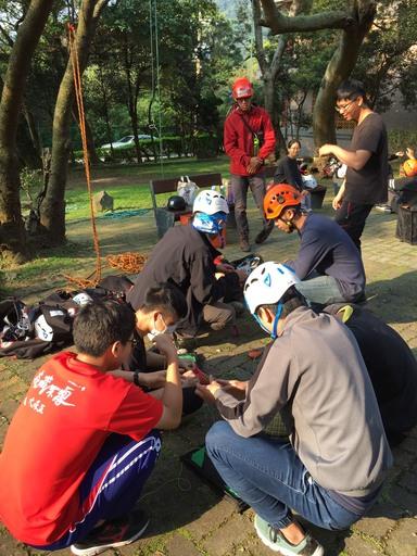 對齊育才目標,文大森林自然保育系有豐富的野外實習課,校內經常可見系上學生在鍛鍊「爬樹」功夫。圖片提供/文化大學