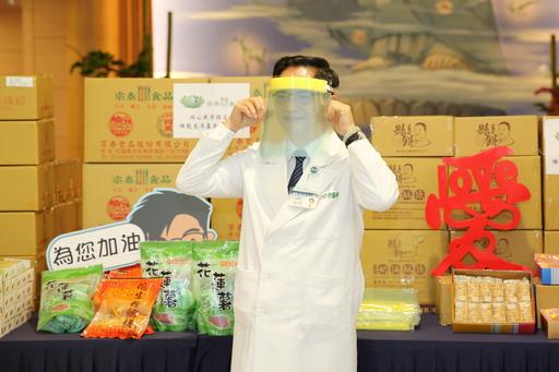 花蓮慈濟醫院林欣榮院長,感恩高雄慈濟志工贈送三百個自製防飛沫拋棄式防護面罩相挺。