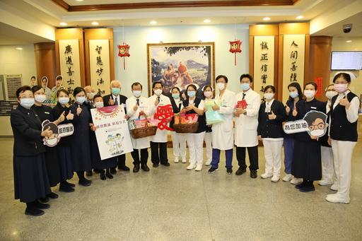 花蓮慈院林欣榮院長(左九)與副院長吳彬安(左八)、何宗融(右六)與慈濟志工送上愛的禮物給急診部。