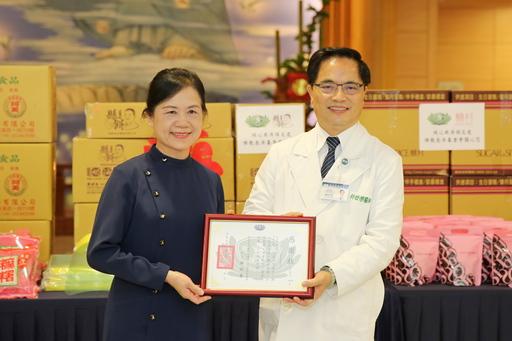花蓮慈濟醫院院長林欣榮(右)致贈感謝狀給花蓮縣餅負責人林素珍(左)。