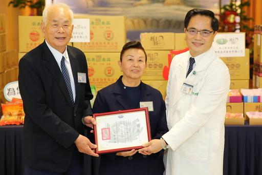 宗泰食品公司的創辦人余宗柏(左)與妻子劉阿笑(右),準備了點心來結緣,為花蓮慈濟醫院前線的防疫人員補充元氣。