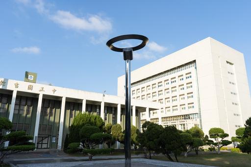 全球新冠肺炎疫情升溫,中央大學決定,3月28日起入校車輛實施「總量管制」。