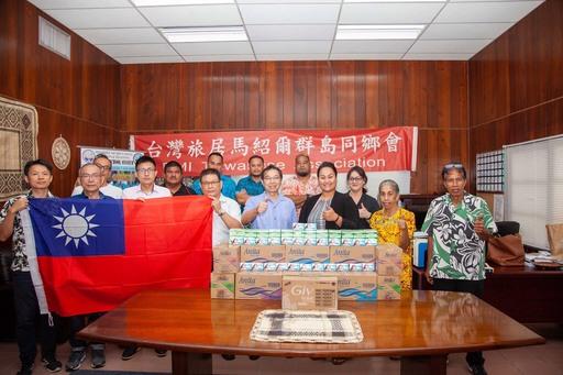馬國教育、運動暨訓練部長Kitlang Kabua(前排右三)、駐馬紹爾群島共和國蕭勝中大使(前排左五)及同鄉會林學銘會長(前排左四)合影。