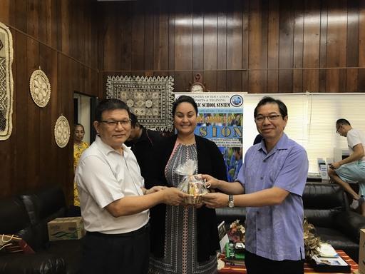 Kitlang Kabua部長致贈紀念品予蕭大使及林會長