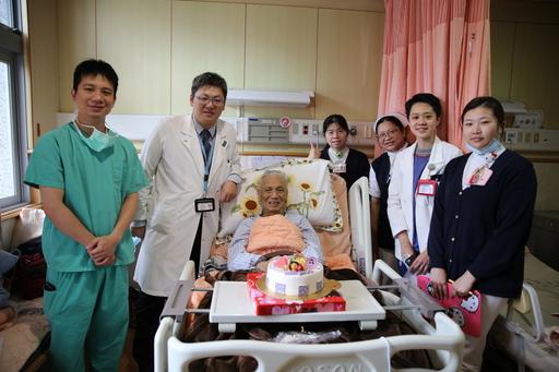 出院當天,一般外科主任陳言丞(左二)與照護團隊還準備了蛋糕祝福杭爺爺(左三),小小的驚喜讓杭爺爺相當開心