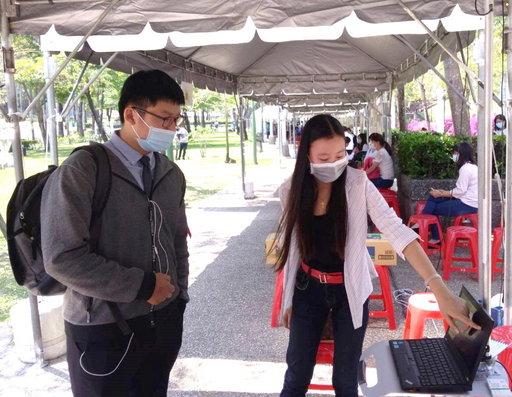 「電機系」同學介紹研究自製組裝的儀器功能。(義守大學提供)