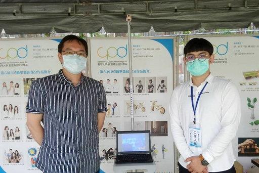 「商設系」李永峻老師(左)帶學生參與熱像儀造型設計。(義守大學提供)