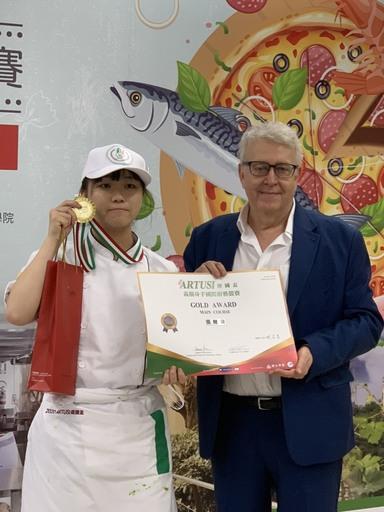 景文科大餐飲系張鯉蘭榮獲金牌及獲得最高榮譽獎ICIF廚藝課程海外研習奬學金5950歐元海外獎學金。