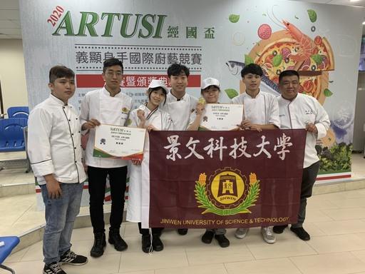 景文科大餐飲系榮獲1金1銀及海外獎學金,獲獎選手與評審及指導老師合影。