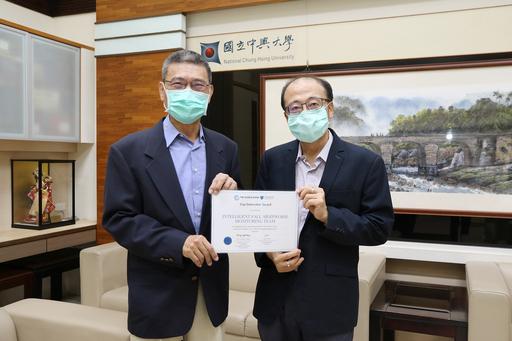 中興大學產學團隊由農藝學系郭寶錚教授(左)與行銷學系李宗儒教授(右),以及天龍安全科技股份有限公司聯手組成。