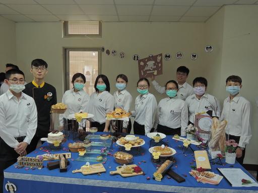 餐管系學生畢業成果展馬來西亞籍學生烘焙技術純熟