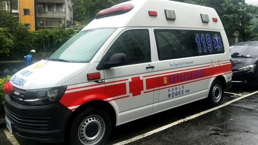 本次捐贈之救護車內部配置為最新型之救護器材含自動體外電擊去顫器、可攜式電動抽吸器、快速固定骨折之抽氣護木組及心肺復甦墊板等高階救護設備。