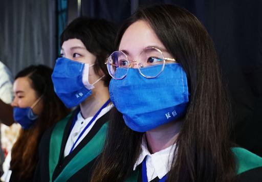 畢業生們自製口罩繡上「反衍」宣示畢業了