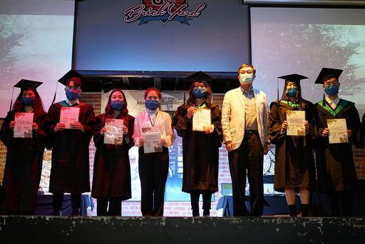 徐興慶校長頒獎給表現傑出的畢業生參展同學