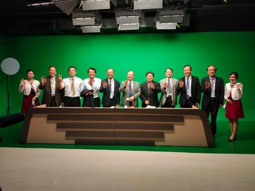 林聰明校長、諸位副校長及多位師長帶領委員訪視教學設施─e學苑數位多媒體中心