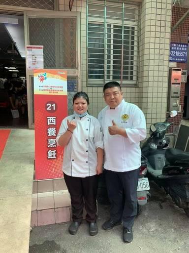 景文科大沈方惠勇奪得第16屆身心障礙全國技能競賽西餐廚藝國手選拔第一名,與指導老師何育任(右)合影。。