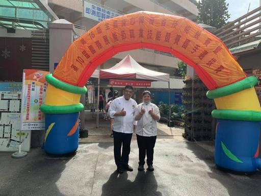 景文科大沈方惠勇奪得第16屆身心障礙全國技能競賽西餐廚藝國手選拔第一名,與指導老師何育任(左)合影。