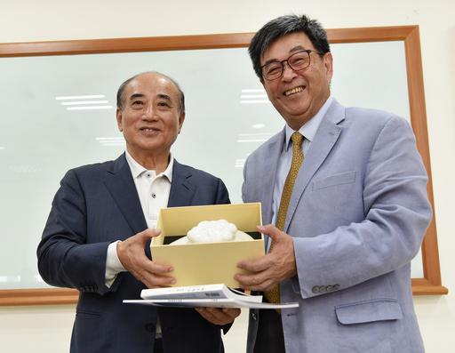 華梵大學李天任校長(右)致贈師生設計的出岫陶罐給王金平院長。