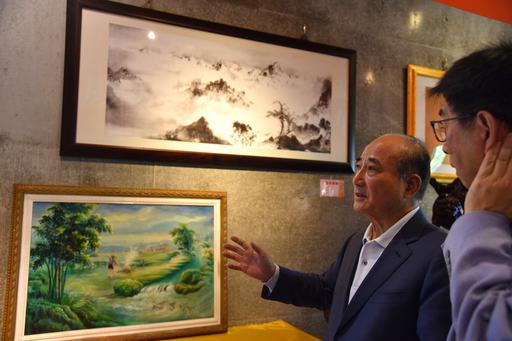 王金平院長細細欣賞華梵大學創辦人曉雲法師的畫作。