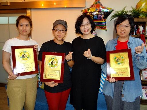 正修科大林莉淳(右一),黃維佑(左一)及陳嘉智(左二)獲學習楷模獎。