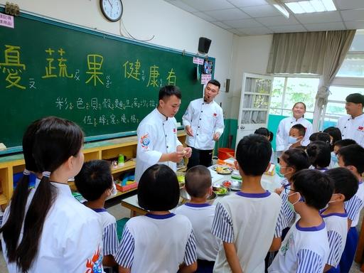 中臺科大食科系學生教導一年級的小朋友做菜