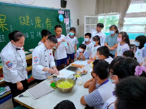 中臺科大食科系學生教導小朋友做菜