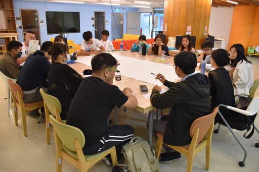 南華大學舉辦創新創業工作坊,激盪創意思維,結合在地特色,打造身心靈產業,學員分組討論。