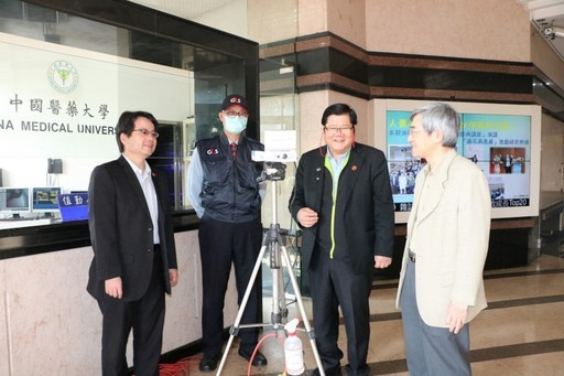 洪明奇校長偕林正介副校長、陳悅生主秘巡視校園防疫措施。