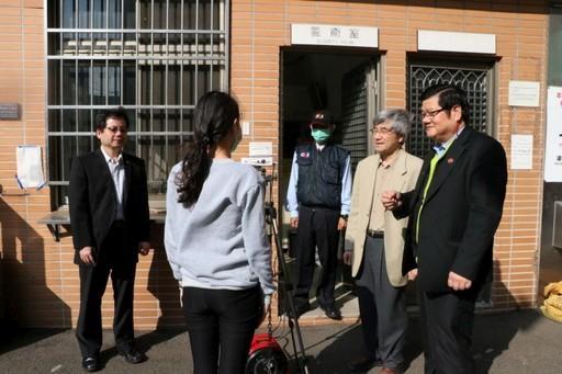 洪明奇校長偕林正介副校長、陳悅生主秘巡視校園出入口防疫紅外線體溫量測站。
