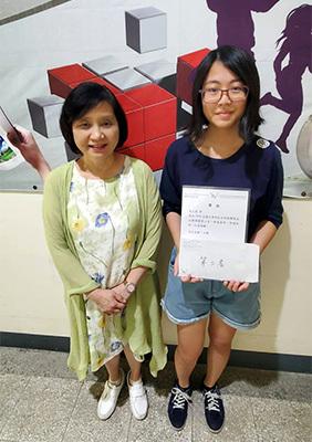 通識教育中心主任牛道慧與第三名獲獎者蔡正慈同學合影。