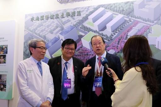 蔡長海董事長偕洪明奇校長、鄭隆賓院長說明校院發展尖端醫療服務和建構智慧醫院的豐碩成果。