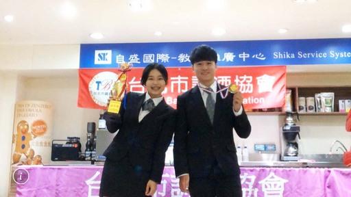 景文科大餐飲系在指導老師任春榮帶領下,林欣誼(左)榮獲傳統調酒學生組金手獎、張桀強(右)獲得佳作。