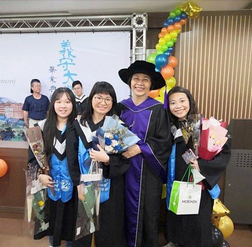 「應英系」的楊馥瑀(右起)特別感謝范燕姬主任四年來的鼓勵與照顧。(義守大學提供)
