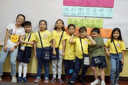 喜歡小朋友的楊馥瑀(左一),前往菲律賓進行華語文教學實習。(義守大學提供)