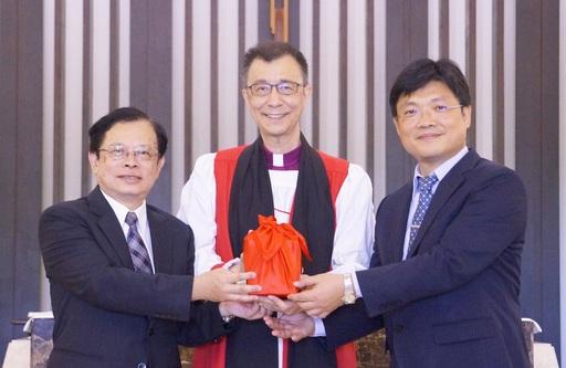 聖約翰科技大學新任校長黃宏斌(左)從董事長張員榮主教(中)及卸任校長艾和昌(右)手中接過印信,成為第9任校長。