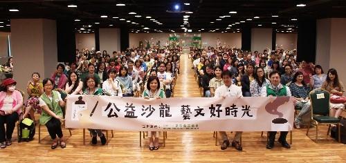 張榮發基金會鍾德美執行長(前排右三)、謝哲青老師(右二)與參與公益沙龍的全體民眾合影。
