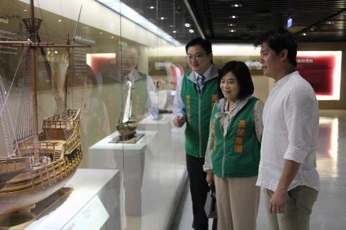 張榮發基金會鍾德美執行長(中)與謝哲青老師(右)走讀長榮海事博物館。