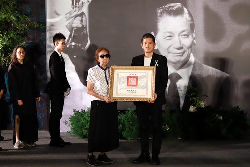 文化部長李永得(右)代表頒贈總統褒揚令,由夫人郁麗珍女士代表受贈