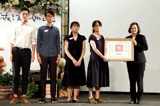 總統蔡英文頒贈褒揚令,由莊永明老師家屬代表受贈