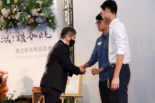 文化部長李永得向莊永明老師家屬致意